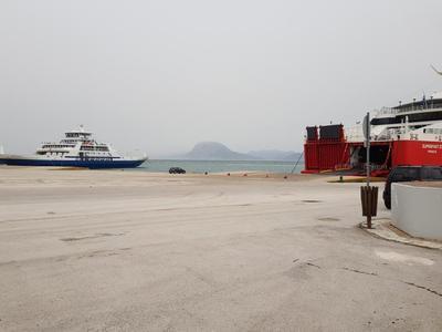 Φέρυ μποτ, εσπευσαν στο παλιό λιμάνι της Πάτρας, για να γλιτώσουν τα 8 μποφόρ του Ρίου - ΦΩΤΟ