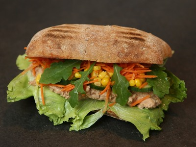 Εύκολο club sandwich με τονοσαλάτα και βασιλικό