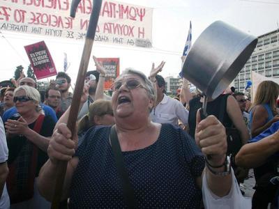 Παραλία Πατρών: Πορεία διαμαρτυρίας με κατσαρόλες και σφυρίχτρες