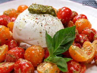 Δροσερή σαλάτα Caprese με ντοματίνια, μο...