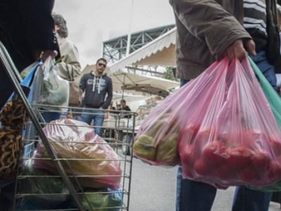 Ακριβαίνουν οι πλαστικές σακούλες και θα τις πληρώνουμε και στη λαϊκή ή το περίπτερο