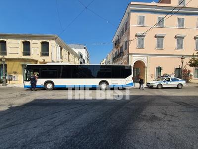 Πάτρα: Αστυνομικοί σταμάτησαν λεωφορείο ...