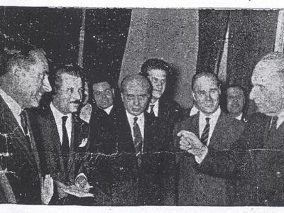 Δημοσίευμα της 28ης Οκτωβρίου 1964. Ο νομαρχιακός σύμβουλος Αθανάσιος Φούρας, (αριστερά στην φωτό), επιδίδει υπόμνημα στον Πρόεδρο της Κυβερνήσεως Γεώργιο Παπανδρέου, κατά την τελευταία του επίσκεψη στην Πάτρα