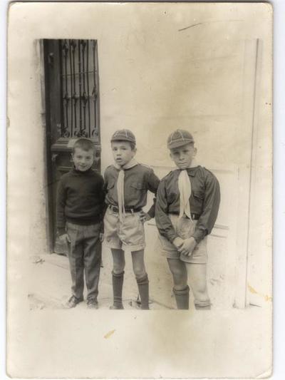 Ο Δημήτρης Κατσικόπουλος  (στο κέντρο) ντυμένος πρόσκοπος. Στα αριστερά ο αδελφός του Γιάννης και στα δεξιά ο φίλος τους Βασίλης Παπλεξόπουλος