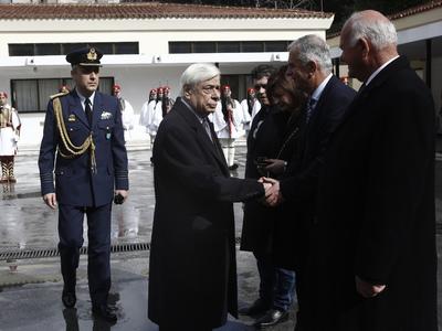 Ο Πρόεδρος της Δημοκρατίας χαιρετά τον πατέρα του Σπύρου Θωμά