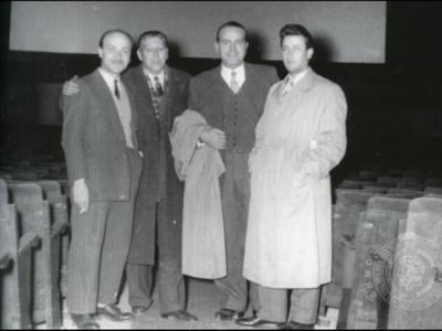 Rex. Ο Μηχανικός Προβολής Ν. Φωτόπουλος, ο αιθουσάρχης Ν.Καρπάνος, ο Δ. Μαζαράκης και ο Ν. Καζάκος, μπροστά στην οθόνη Σινεμασκόπ τού κινηματογράφου, 1955