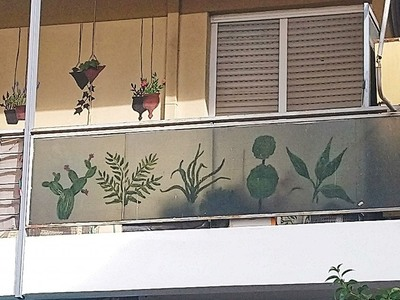 Ένα ...ολάνθιστο, διαφορετικό μπαλκόνι στην οδό Κορίνθου