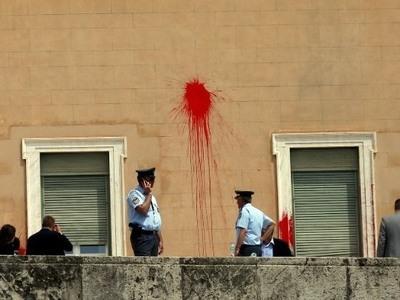 Ελεύθερος με εγγύηση 30.000 ευρώ ο κατηγορούμενος για την επίθεση με χρώματα στη Βουλή