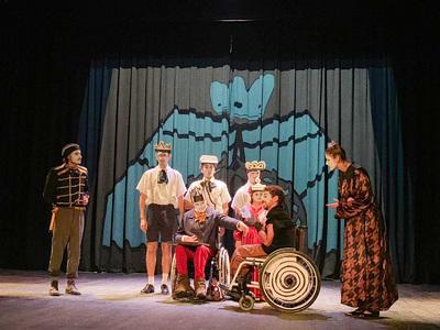 """Στην Αμαλιάδα η παράσταση """"Ο Βασιλιάς Hubu"""" - Πήραν μέρος & άτομα με αναπηρία"""