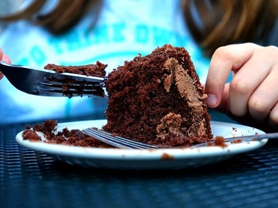 Πνίγηκε με κέικ σοκολάτας σε διαγωνισμό κατανάλωσης φαγητού!