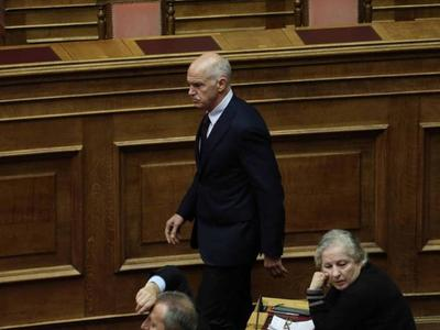 Το ατύχημα του Γιώργου Παπανδρέου μέσα στη Βουλή - Έπεσε από την καρέκλα