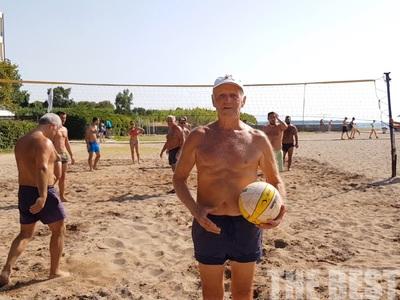 82χρονος παίζει beach volley σαν 20χρονος - Η παρέα συνταξιούχων πατρινών, που εντυπωσιάζει