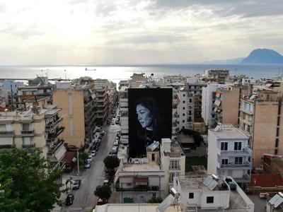Εντυπωσιάζει η τοιχογραφία στην πολυκατοικία της Φαβιέρου