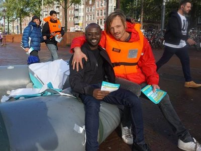 Ο Ολλανδός ακτιβιστής που μετέτρεψε τα σουβλάκια των Διαβατών σε τετράδια για τα προσφυγόπουλα!