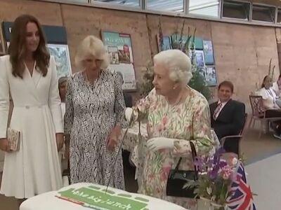 Η Βασίλισσα Ελισάβετ έκοψε τούρτα με σπα...