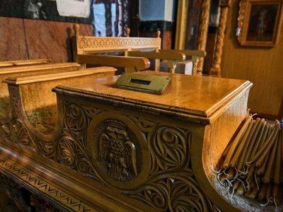 Η κρίση χτύπησε το παγκάρι της εκκλησίας - Κουμπιά και...δραχμές ρίχνουν οι πιστοί
