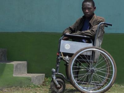 Κουρασμένος αλλά πανευτυχής ο μικρός Jimmy από την Τανζανία που χειρουργήθηκε στην Πάτρα– Στο πλάι του ο «φύλακας άγγελός» του