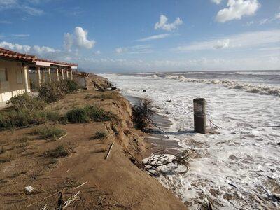 Ηλεία- παραλία Επιταλίου: Η θάλασσα συνε...