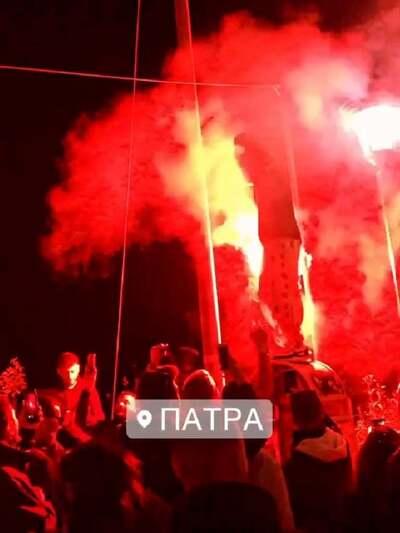 """Πάτρα: Απίστευτες σκηνές με καρναβαλικό πάρτι μέχρι πρωίας σε σκάλες Αγίου Νικολάου και Κάστρο, με το Νομό να βρίσκεται στο """"κόκκινο"""" (photos- ΒΙΝΤΕΟ)"""