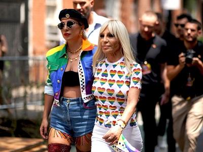 Mήνας Pride: Gaga και Donatella ενώνουν ...