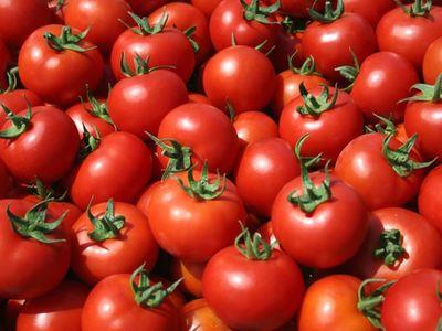 Ανετράπη τρακτέρ φορτωμένο με ντομάτες στην Πατρών Πύργου - Ένας τραυματίας