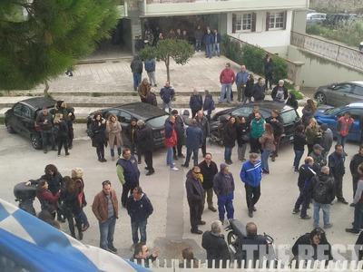 Συμβασιούχοι του δήμου Πατρέων κάνουν παράσταση διαμαρτυρίας στον ΟΑΕΔ - ΦΩΤΟ