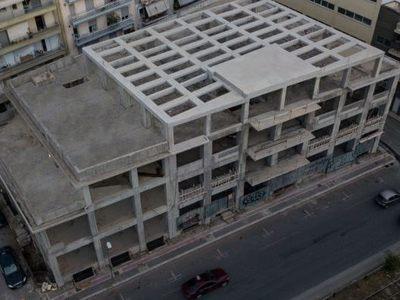 Το άδειο κτίριο των 3.000 τμ που καταλαμβάνει ένα οικοδομικό τετράγωνο στο κέντρο της Πάτρας