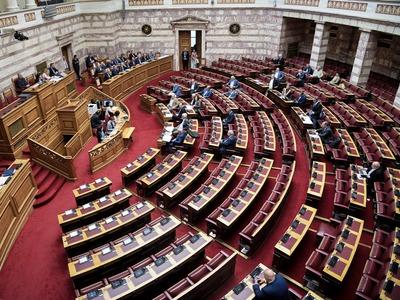 «Παγώνει» τις μετατάξεις των συγγενών στη Βουλή ο Τσίπρας