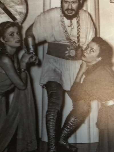 Με το ρόλο της Ερμιόνης στην Ωραία Ελένη έκανε το θριαμβευτικό της ντεπούτο .1954 Θέατρο Rex με τη Μελίνα Μερκούρη και το Βασίλη Διαμαντόπουλο/Θεατρικο Μουσείο