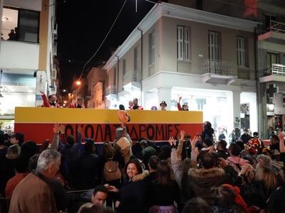 Πάτρα: Οι σοκολατορίχτες γλύκαναν τους χιλιάδες θεατές του καρναβαλιού - ΔΕΙΤΕ ΦΩΤΟ