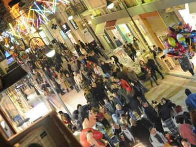 """Γέμισε κόσμο απόψε  ο πεζόδρομος της Ρήγα Φεραίου- Το καρναβάλι """"ζεσταίνεται"""""""