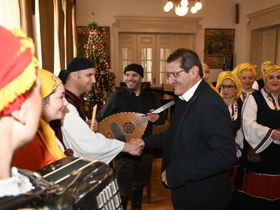 Κάλαντα και γιορτινή ατμόσφαιρα στο Δημαρχείο της Πάτρας