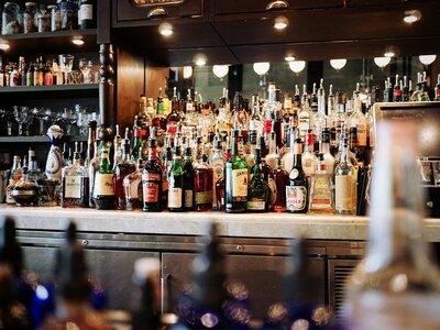 Σε ποιες περιοχές κλείνουν μπαρ και εστι...