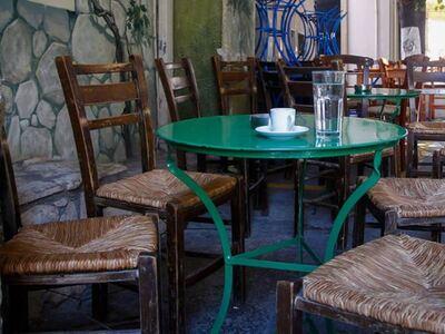 Ηλεία: Άνοιξε το καφενείο κι εξυπηρετούσε κόσμο...
