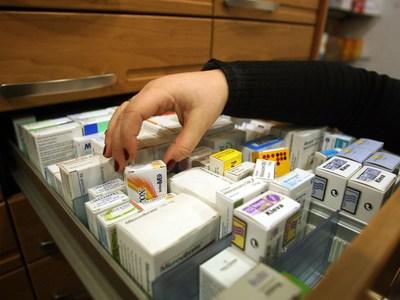Κορωνοϊός: Ουρές στα φαρμακεία για τη χλ...
