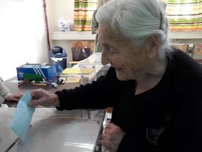 Ψήφος 103 ετών! Η γηραιότερη ψηφοφόρος έστειλε σήμερα το δικό της μήνυμα- ΦΩΤΟ