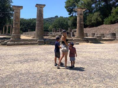 Στην Αρχαία Ολυμπία με τα παιδιά της η Φαίη Σκορδά - ΦΩΤΟ