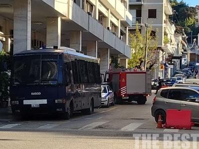 Πάτρα: Κινητοποίηση της πυροσβεστικής για καπνό στο αστυνομικό μέγαρο - ΦΩΤΟ