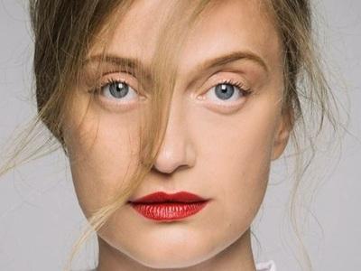 Λένα Δροσάκη: Δείτε την πατρινή ηθοποιό στη Μόστρα, στο πλευρό του Αλέξανδρου Μπουρδούμη