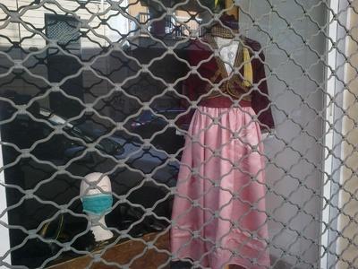 Κλειστό το κατάστημα Διαμαντόπουλου λόγω των μέτρων αλλά η βιτρίνα πιστή στην παράδοση