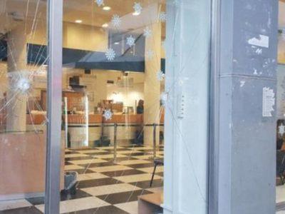 Έσπασαν με βαριοπούλες τη τζαμαρία των ΕΛΤΑ στην οδό Μαιζώνος της Πάτρας