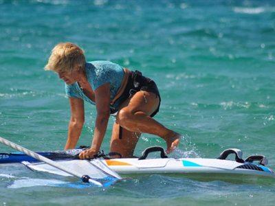 Σέρφερ 81 ετών δαμάζει τα κύματα και κάνει το διάπλου Κεφαλονιά - Κυλλήνη!