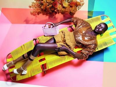 Το Fendi καλοκαίρι: Retro vibes, κίτρινες ξαπλώστρες και παλιές εμπριμέ κούνιες βεράντας