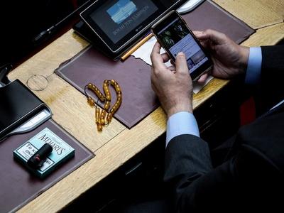 Βουλή: Πουράκια, κομπολόι και… Facebook