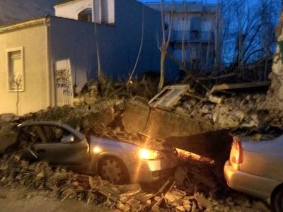Γκρέμιστα, γκρέμιστα στο Γκάζι - Σπίτι έπεσε πάνω σε δύο αυτοκίνητα - ΔΕΙΤΕ ΦΩΤΟ