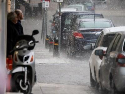 """Βροχερή και """"φθινοπωρινή"""" Πέμπτη σήμερα - Πότε θα καλοκαιριάσει;"""