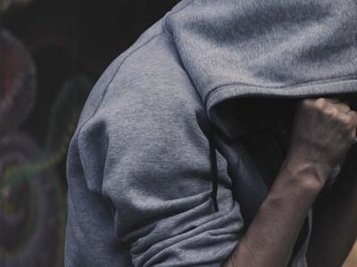 Ξημερώματα έδωσε… δικαιώματα- Νεαρός «ξέσπασε» σε οχήματα στην Πάτρα