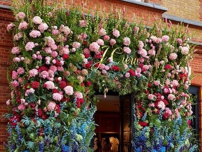 «Ανθισαν» διάσημα στέκια και μαγαζιά στο Λονδίνο λόγω Chelsey Flower Show