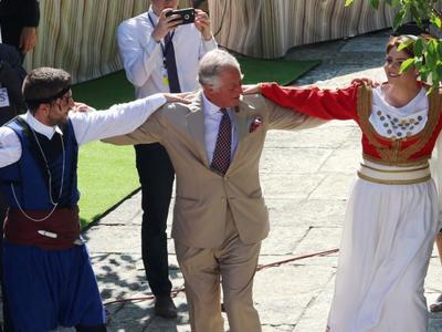 Ο Κάρολος κατέβηκε στην Κρήτη και χόρεψε πεντοζάλη! ΔΕΙΤΕ ΦΩΤΟ