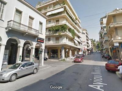 ∆είτε και την απέναντι πλευρά. Τα δύο γωνιακά κτίρια διατηρούνται ως σήμερα, είναι σχεδόν ίδια με αυτό που γκρεμίστηκε... Στη θέση του τώρα στέκει πολυκατοικία
